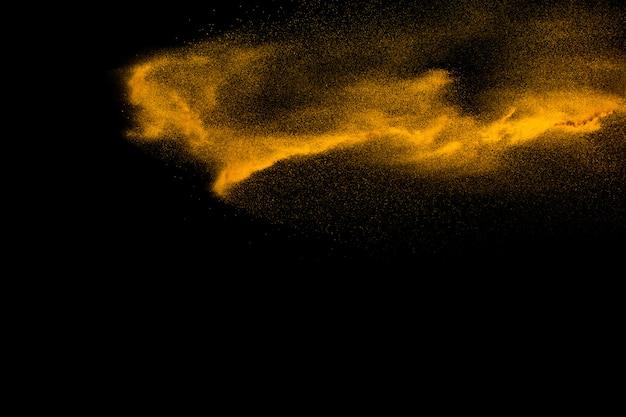 Salpicaduras de polvo de partículas marrones sobre negro