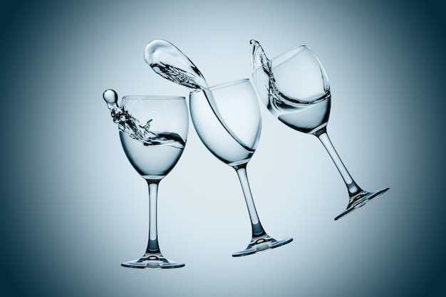 Salpicaduras de tres vasos de agua