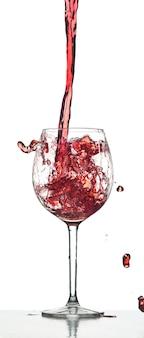 Salpicaduras de vino tinto sobre fondo blanco en el estudio
