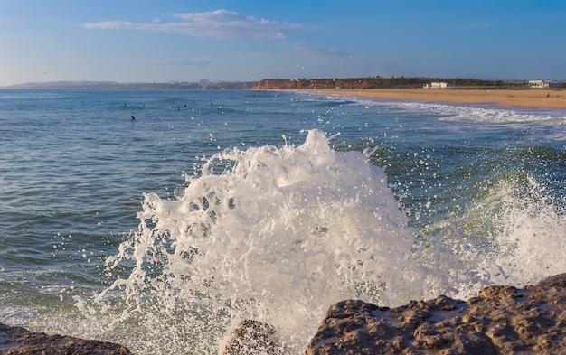 Salpicando las olas en la playa