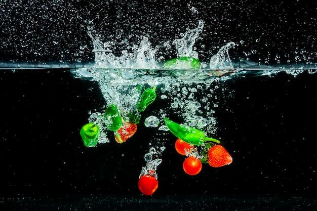 Salpicar frutas y verduras en el agua