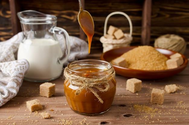 Salsa de caramelo casero en mesa de madera