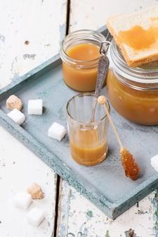 Salsa de caramelo en un vaso