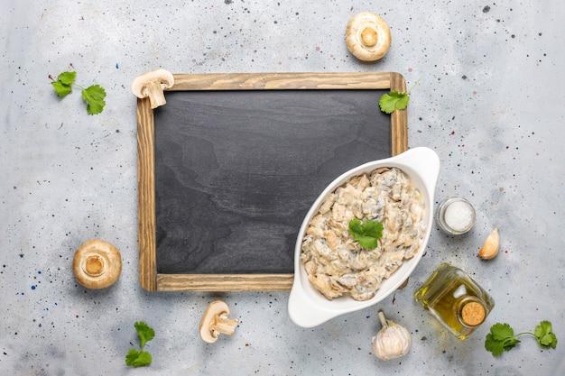 Salsa de crema de champiñones comida deliciosa saludable, vista superior.