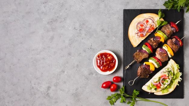 Salsa y deliciosas brochetas de comida rápida árabe