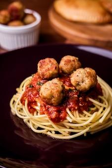 Salsa de espagueti italiana con las albóndigas en la tabla.