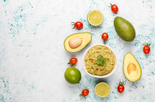 Salsa de guacamole caliente casera fresca con ingredientes, vista superior