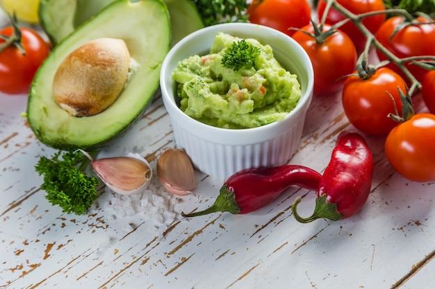 Salsa de guacamole e ingredientes