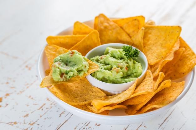 Salsa de guacamole y nachos