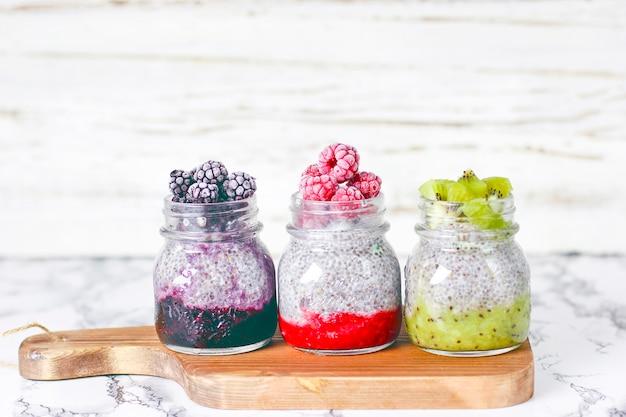 Salsa de moras, frambuesas congeladas y moras y rodajas de kiwi