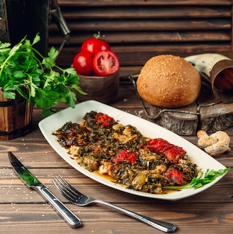 Salsa de pollo con verduras sobre la mesa