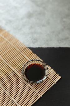 Salsa de soja en una servilleta de bambú