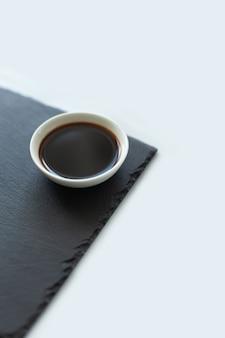 Salsa de soja en un tablero negro