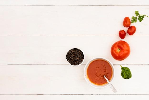 Salsa y su ingrediente en la mesa de madera