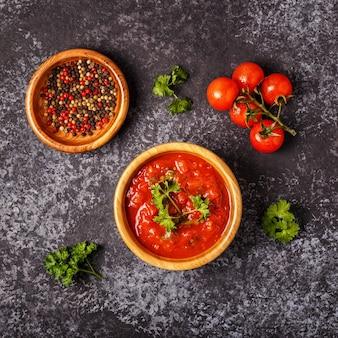 Salsa de tomate con ajo y perejil en un cuenco de madera