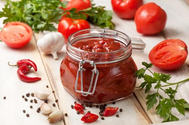 Salsa de tomate en un tarro de cristal