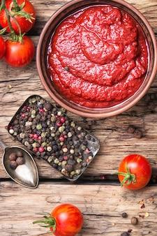 Salsa de tomate en un tazón