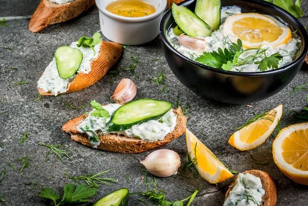 Salsa tzatziki con ingredientes