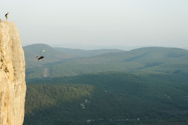 Saltador base saltando de un acantilado