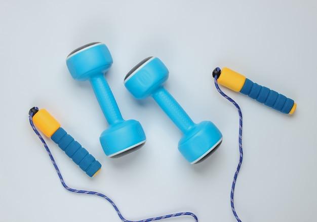 Saltar la cuerda y pesas en blanco