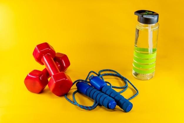 Saltar la cuerda, pesas y una botella de agua.