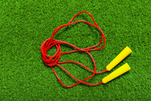 Saltar las cuerdas en la hierba