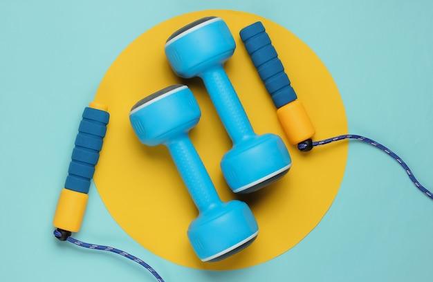 Saltar mancuernas de cuerda en amarillo azul pastel