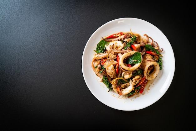 Salteado de albahaca sagrada con pulpo o calamar y hierbas, estilo comida asiática