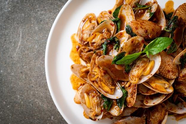 Salteado de almejas fritas con pasta de chile asado - estilo de comida asiática