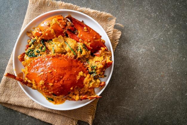 Salteado de cangrejo frito con curry en polvo
