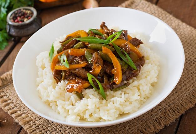 Salteado de carne con pimientos, judías verdes y arroz