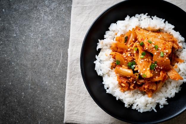 Salteado de cerdo con kimchi sobre arroz cubierto