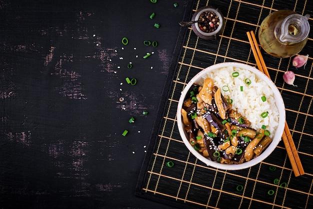 Salteado con pollo, berenjenas y arroz hervido