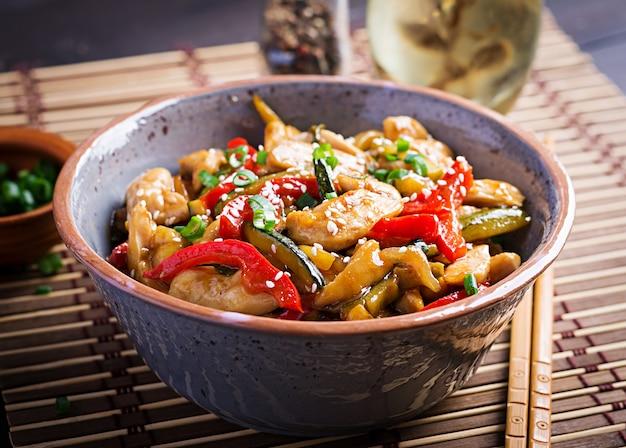 Salteado de pollo, calabacín, pimientos y cebolla verde
