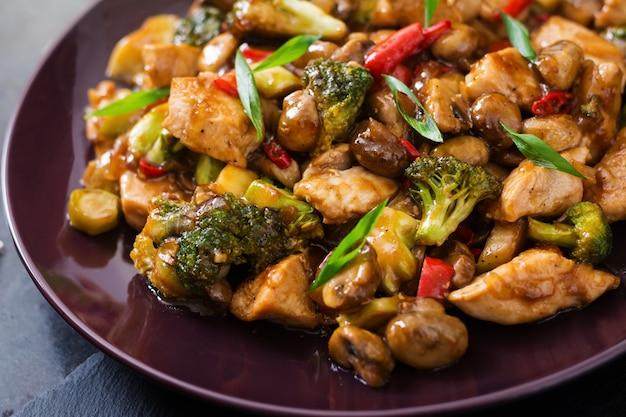 Salteado con pollo, champiñones, brócoli y pimientos - comida china