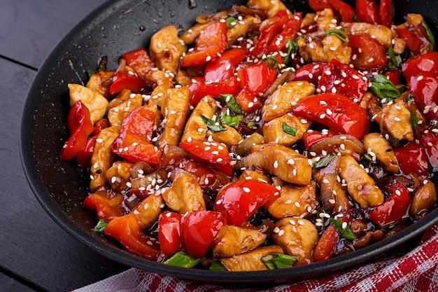 Salteado de pollo, pimientos y cebolla verde