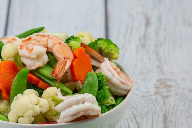 Salteado de verduras mixtas con camarones.