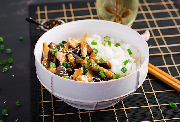 Salteados con pollo, berenjenas y arroz hervido - comida china