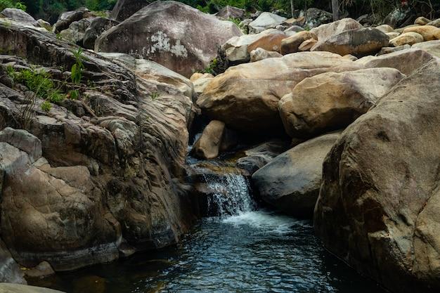 Salto de acantilados de las cascadas de ba ho en la provincia de khanh hoa, vietnam