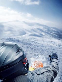 Salto de esquiador de montaña desde la vista posterior