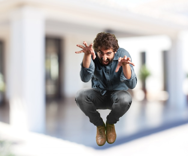Salto del hombre joven. expresión de preocupación
