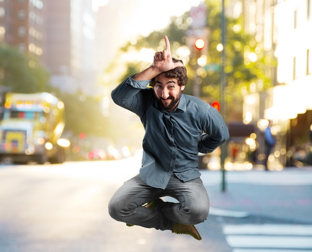 Salto del hombre joven loco. la expresión feliz