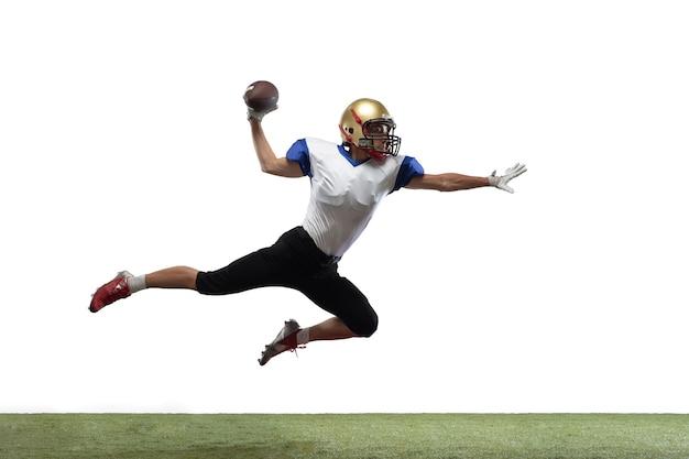 En salto, vuelo. jugador de fútbol americano aislado en blanco con copyspace