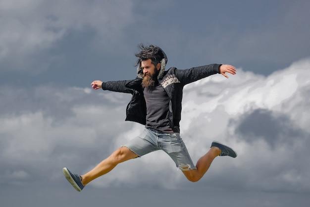 Saltos de hipster hombre
