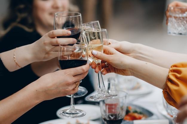 ¡salud! grupo de personas animando con flautas de champán con interior de la casa
