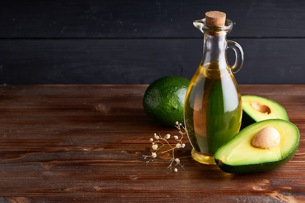 Saludable aceite de aguacate en botellas de vidrio.