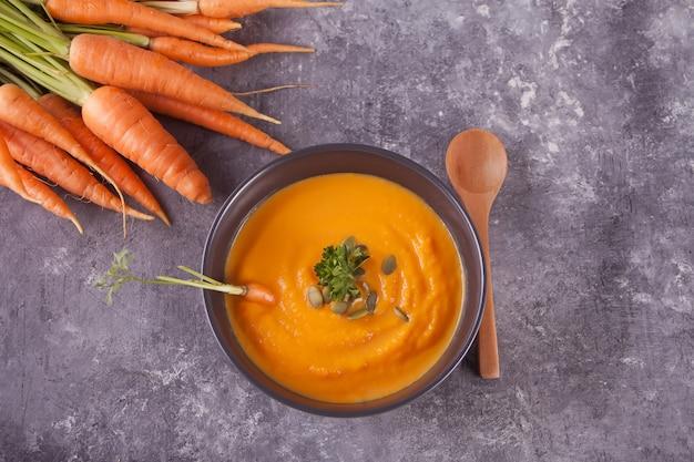 Saludable comer sopa de crema de zanahoria. sopa de verduras vegetariana. vista superior
