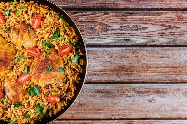 Saludable comida arroz frito pollo con tomate y perejil