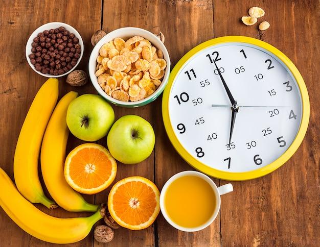 Saludable desayuno casero de muesli, manzanas, frutas frescas y nueces