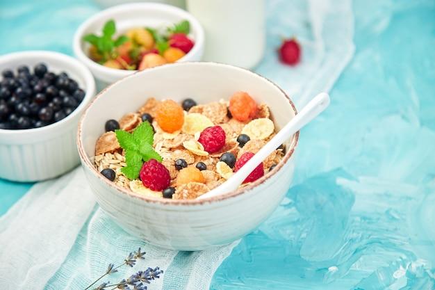 Saludable desayuno vegetariano. avena, granola con frambuesas